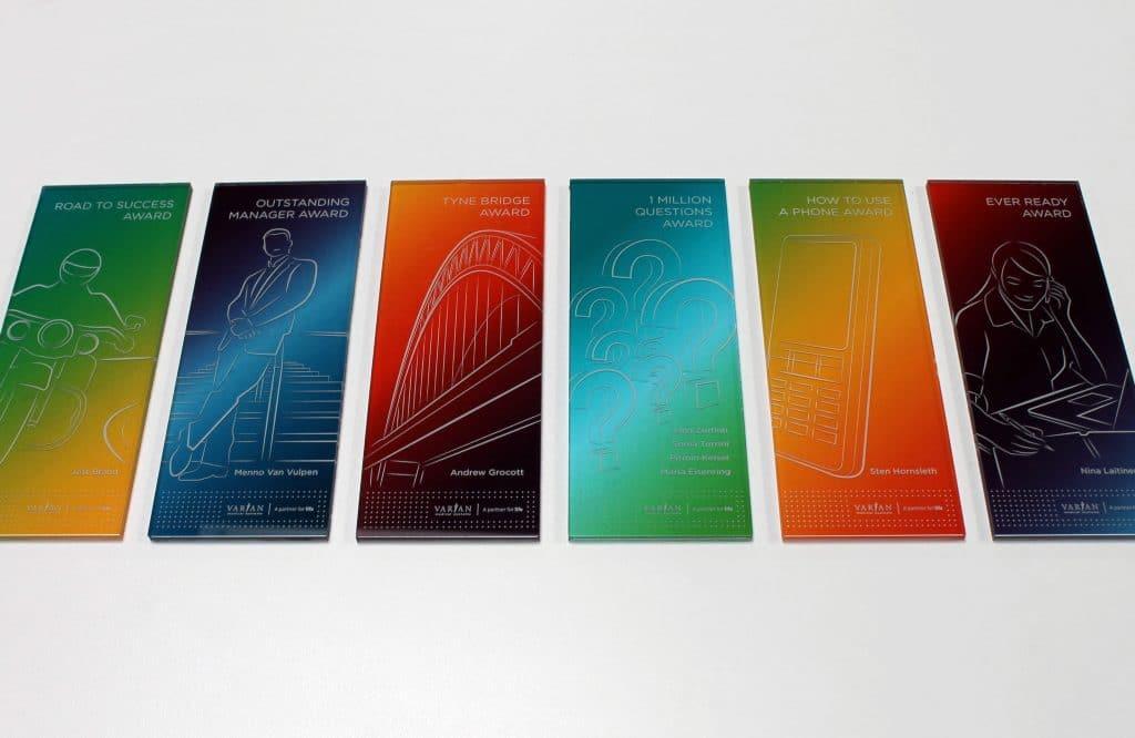 Fünf hochformatige, bunte Acrylglasbilder