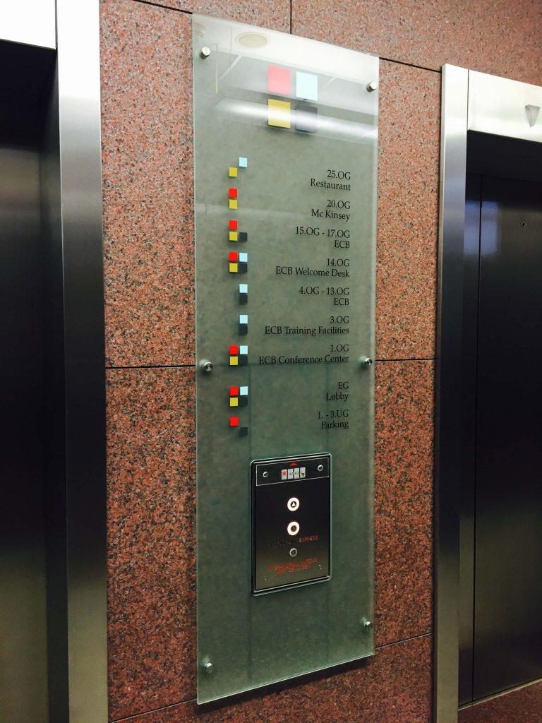 Bedrucktes Glaspanel an einem Aufzug