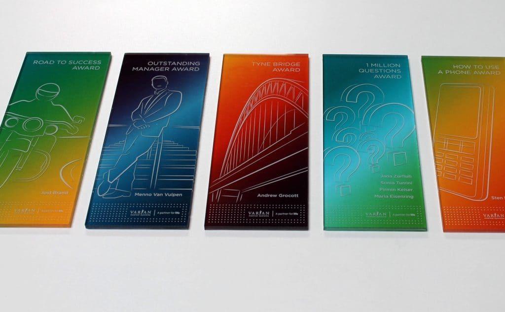 Fünf, in Regenbogenfarben bedruckte Acrylglasbilder, kleine Motivtafeln im Hochformat