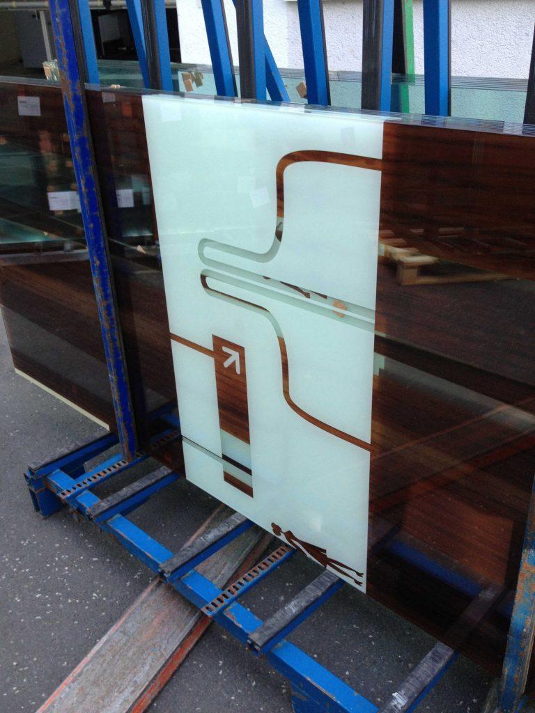 Bedruckte Scheibe mit grafischem Motiv, abgestellt auf einem Glasgestell