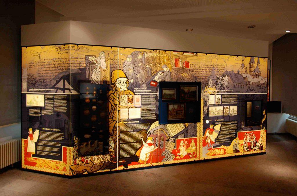 Bedrucktes Museumsglas mit Hinterleuchtung in einem Museum in Gelnhausen mit historischen Motiven