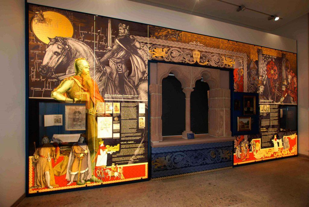 Bedrucktes Glas an einer Wand in einem Museum in Gelnhausen