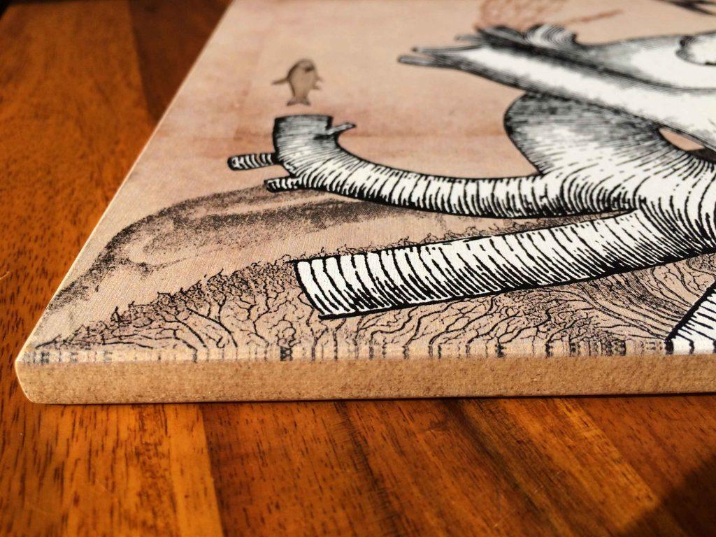 Detail einer mit einer historischen Zeichnung bedruckten Holzplatte