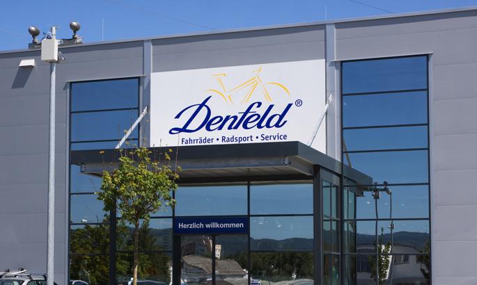 Werbeschild der Firma Denfeld in Bad Homburg über einem Eingang