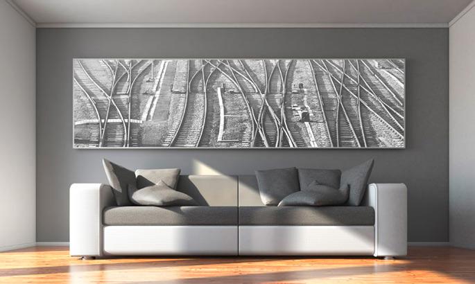 graues modernes Stoffbild in einem slimframe über einem sofa
