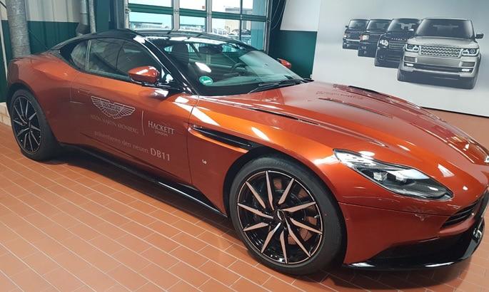 Beschriftung eines orange-roten Aston Martin