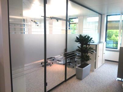 Glasdekorfolie in Streifenschnitt an einem Meetingraum