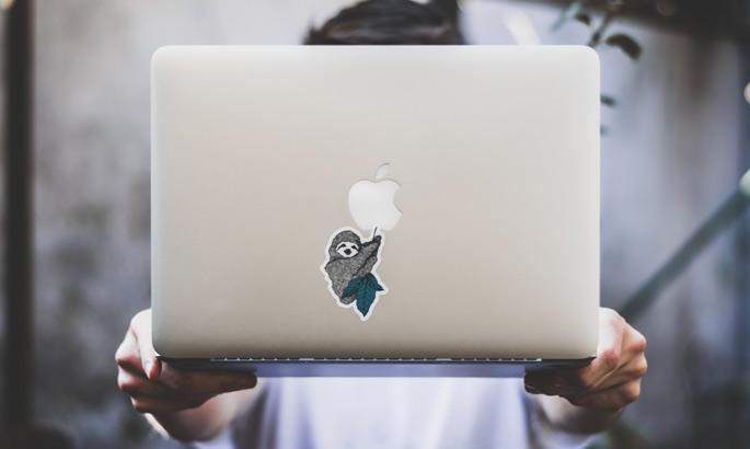 Aufkleber, bedruckt und in Form egschnitten auf der Rückseite eines Laptops