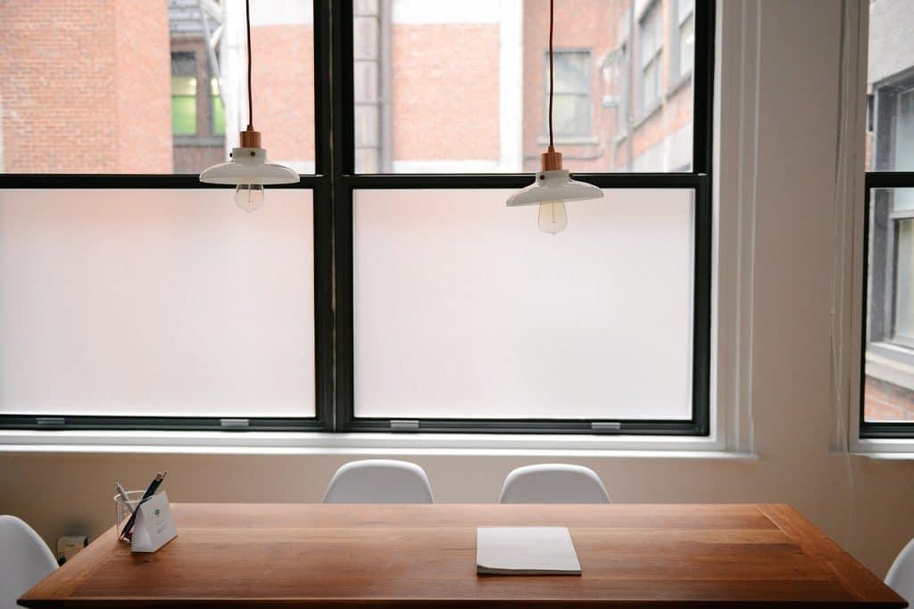 Sichtschutzfolie an einem zweiflügeligen Fenster