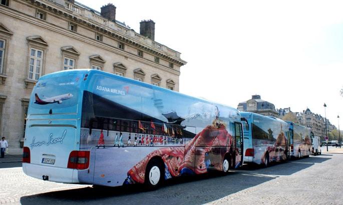 Vollflächig verklebert reisebus mit asiatischem Motiv