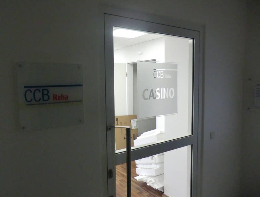 Türbeschriftung aus Glasdekorfolie mit einem Logo des CBB Herzwerks