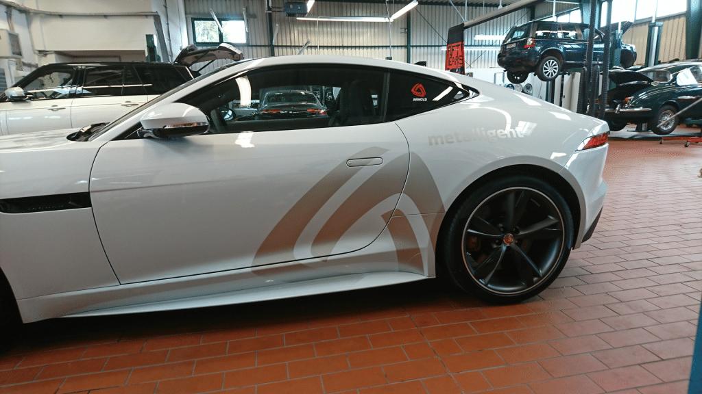 silberne Fahrzeugbeschriftung auf einem silbernen Ftype