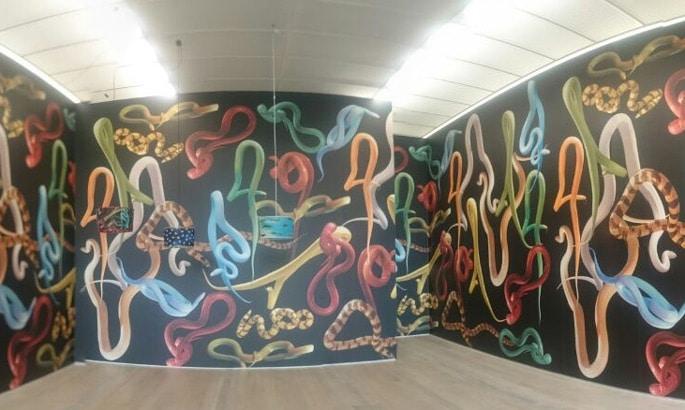 Tapete bedruckt mit bunten Schlangen