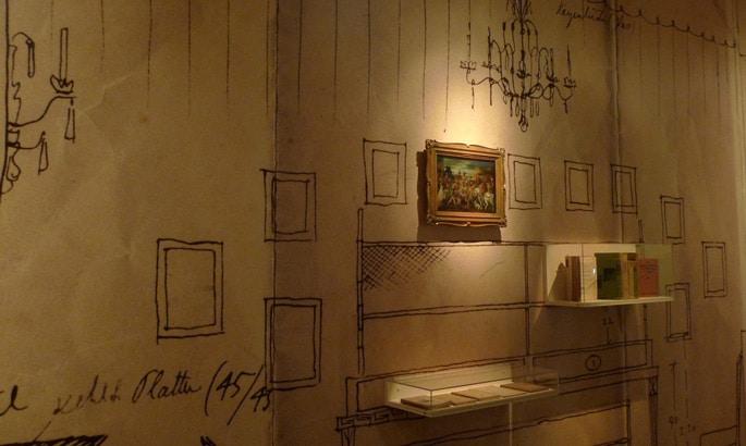 Tapete mit gemalten Bilderrahmen in einem Museum