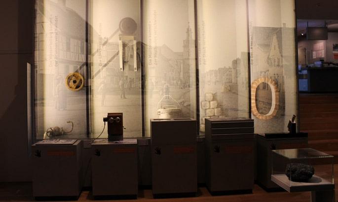 hinterleuchtete Stoffbahnen in einem Museum