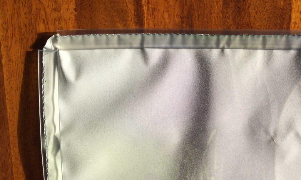 gummikeder an der rückseite eines stoffdrucks