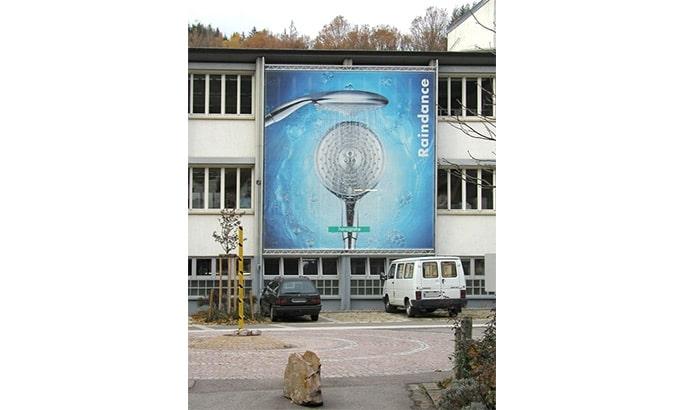Liftsystem mit einem Großformatbanner an einer Fassade eines Gebäudes
