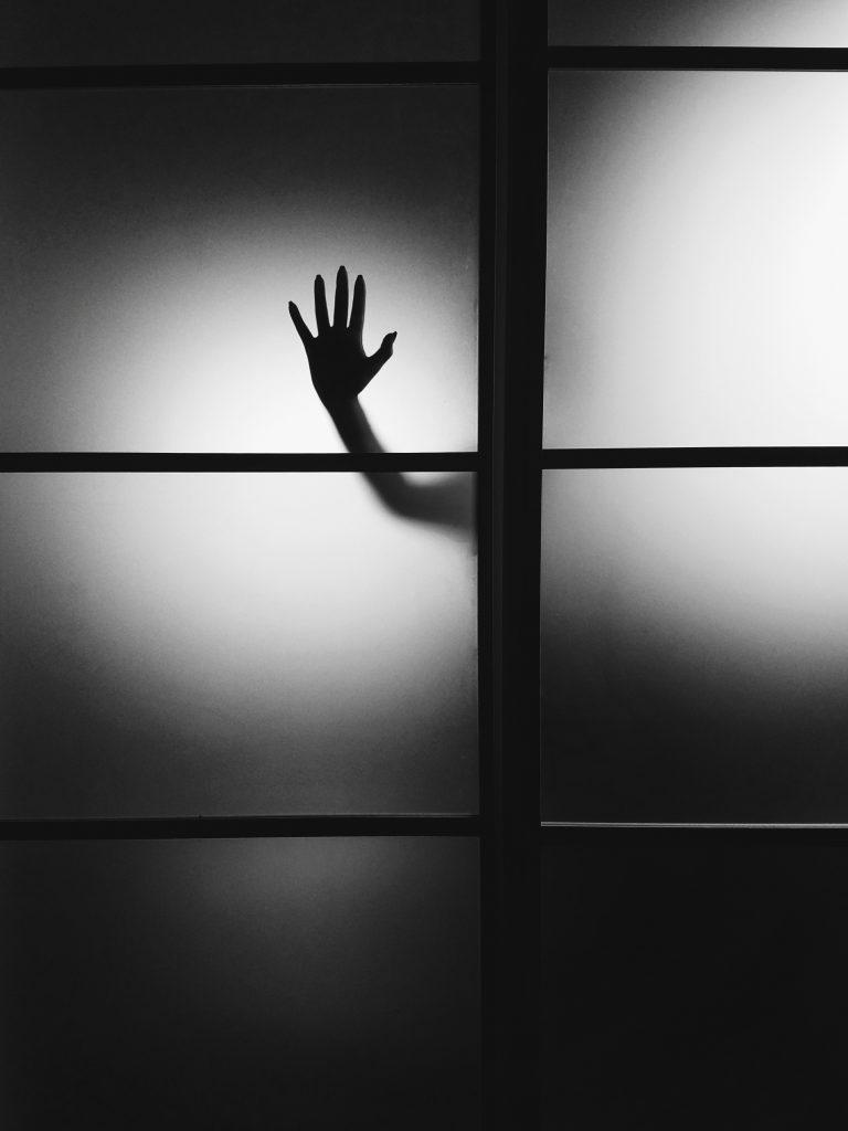 Sichtschutz an einer Tür mit einer schemenhaft zu erkennenden Person dahinter