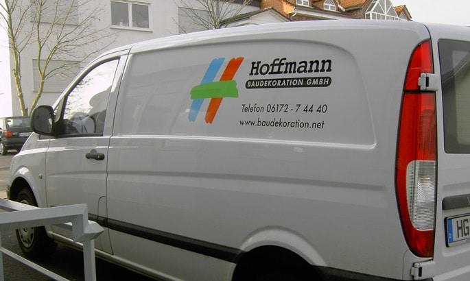 Beschriftung eines Handwerkerautos mit einem Logo