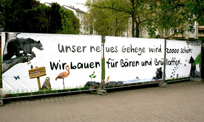 Bedruckte PVC Plane als Bauzaunplane an einem Bauzaun im Frankfurter Zoo
