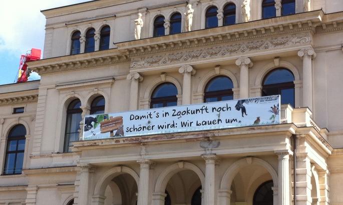 Bedrucktes PVC Banner am Balkon des Frankfurter Zoos