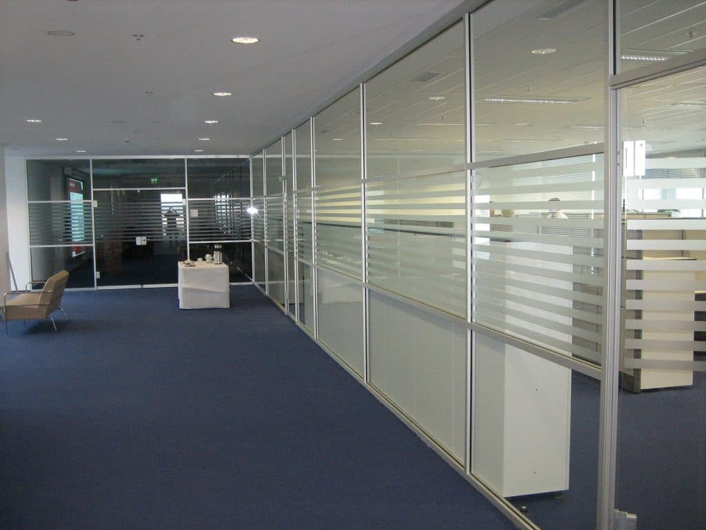 Glaselemente in einem Bürogang mit Sichtschutzfolien in Streifen