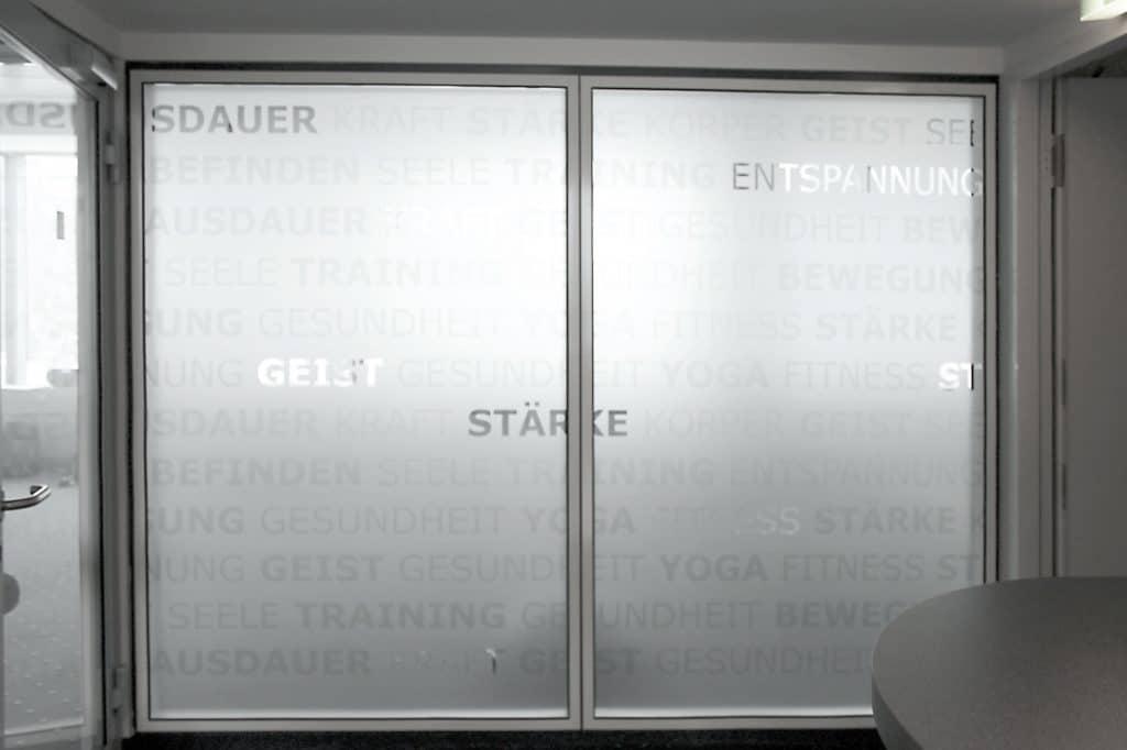 Zweiflügelige Tür mit Glasdekorbeschriftung
