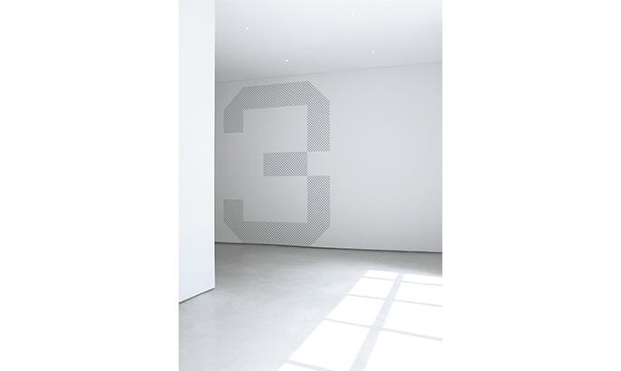 dezentes graues Wandtattoo in Form einer Zahl aus kleinen Quadraten