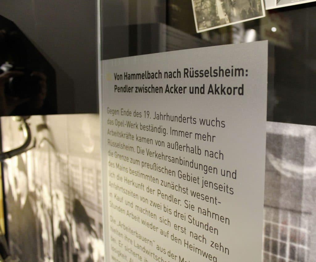 Bedruckte Glasdekorfolie an einer Museumsvitrine