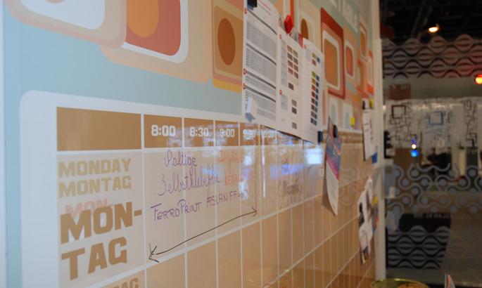 seitliche Ansicht einer glänzenden Whiteboardwand