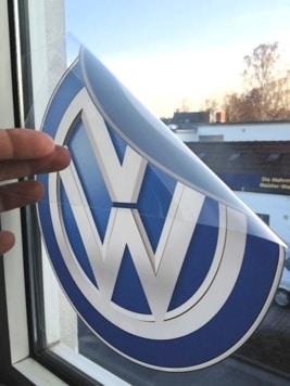 transparente Folie bedruckt mit dem Volkswagen-Logo in blau und weiß