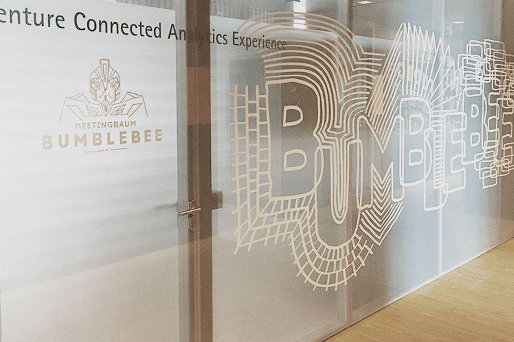 Glasdekorfolie mit weißem Motiv bedruckt an einem Konferenzraum