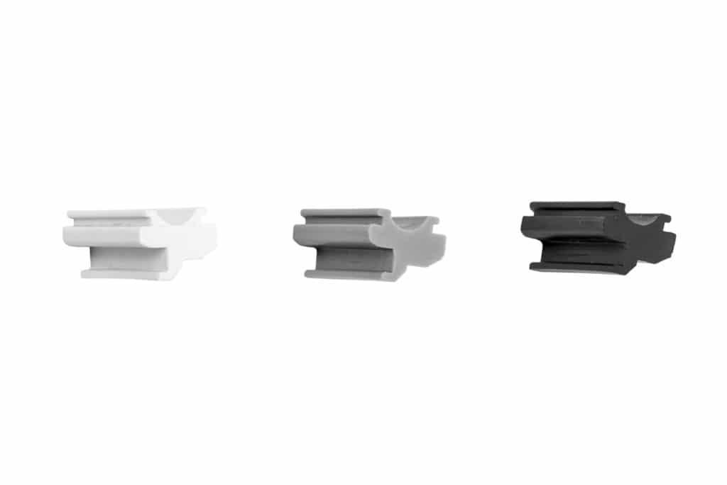 Ansicht von drei Verbindungssteckern aus Kunststoff für Wall LED in drei Farben