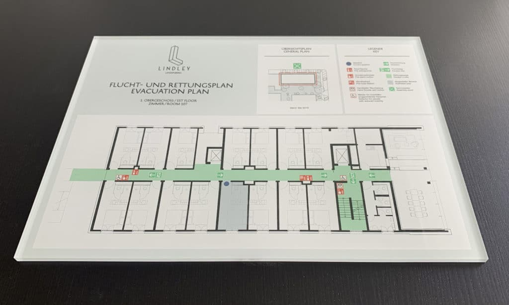 Fluchtwegplan eines Hotels gedruckt die Rückseite eines Plexiglasschildes