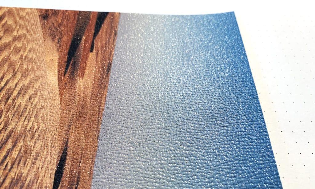 Detail einer Tapete mit Glitzereffekt