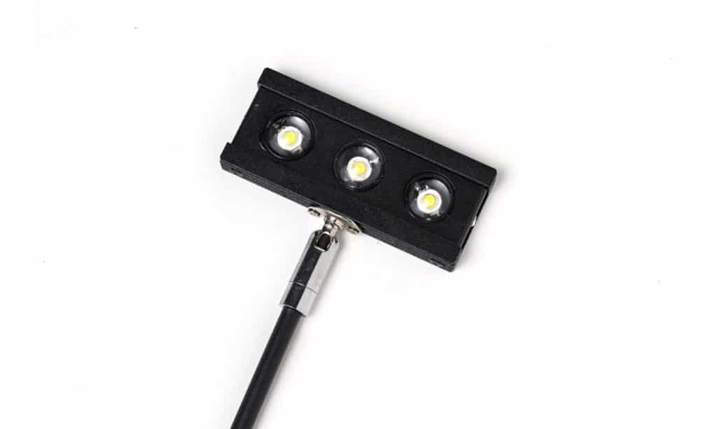 Ansicht einer schwarzen LED Leucht evon unten mit drei LEDs den Farben weiß, silber und schwarz mit drei LED Lichtern