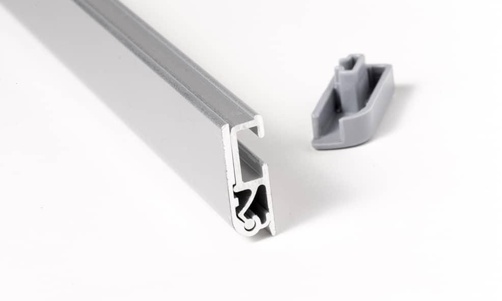 Oberes Profil aus Aluminium daneben Abschlußkappe aus Kunststoff grau