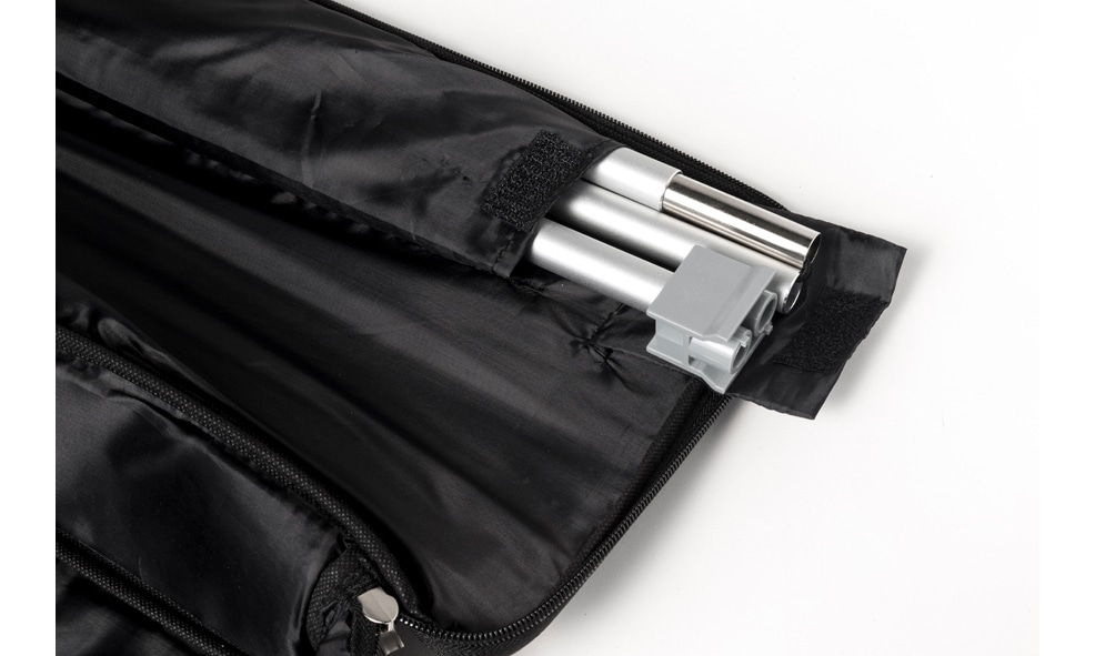 Schwarze geöffnete Transporttasche eines Roll-Up Double