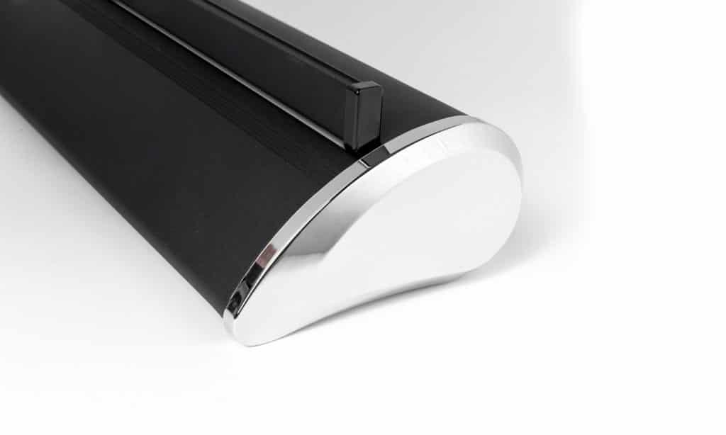 schwarze Roll Up PremiumKassette mit chromfarbener Abschlußkappe und Grafikprofil in schwarz