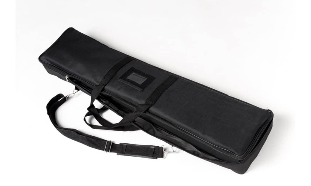 Geschlossene schwarze Nylontasche mit Tragegriff und Tragegurt