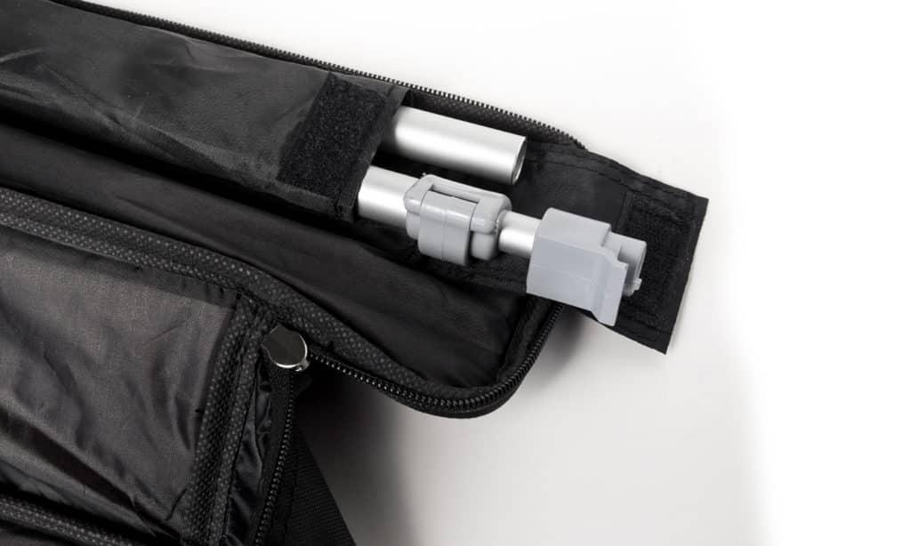 Geöffnete schwarze Nylontasche mit Haltestange