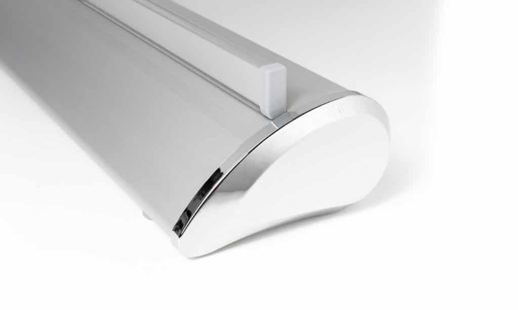 Silberne Roll Up Premium Kassette mit chromfarbener Abschlußkappe und Grafikprofil in silber