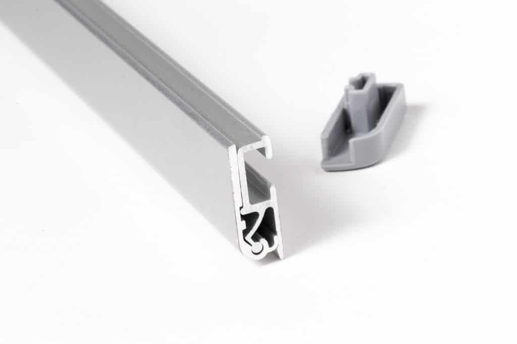 Seitenansicht einer geöffneten oberen Halteschiene eines Rol-Up Banners Triangle mit Verschlusskappe aus Kunststoff