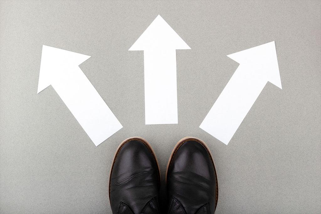 Wegeleitsysteme auf dem Boden: Entscheidungspunkt in drei Richtungen durch Wegeleitsystem mit Pfeilen